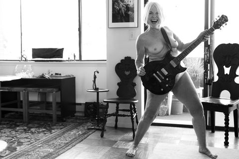 I AM Fotoprojekt: nackte Frau mit E-Gitarre