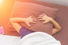 Unruhiger Schlaf: Frau kann nicht schlafen