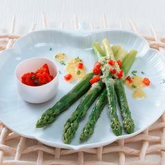 Grüner Spargel mit Parmesan-Öl und Paprika-Basilikum-Salsa