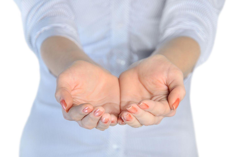 Sparen: So hilft der Zwei-Hände-Trick, weniger Geld auszugeben