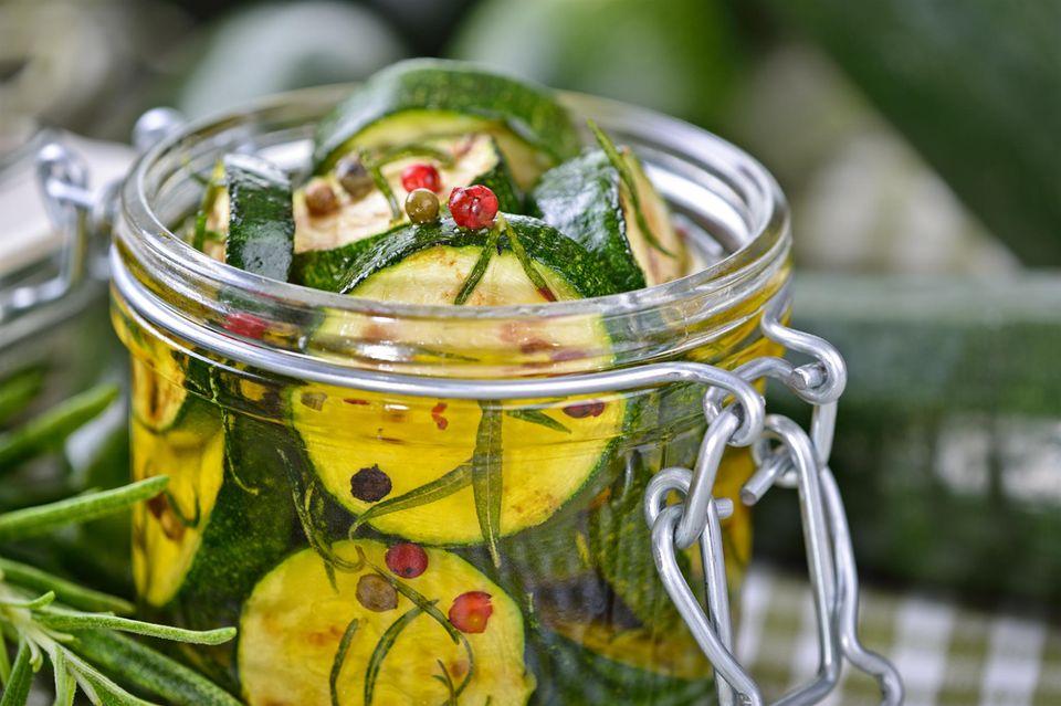 Zucchini einlegen: Eingelegte Zucchini