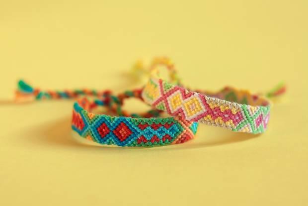 Make friendship bracelets: two colorful bracelets