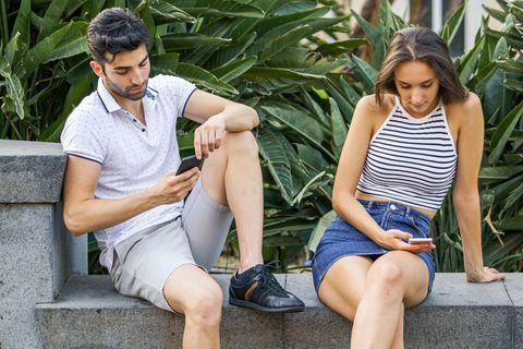 Entfremdetes Paar an ihren Handys