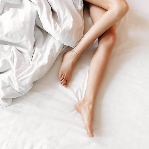 Restless-Legs-Syndrom: Beine einer Frau im Bett
