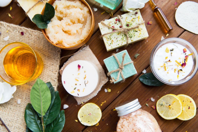 Verschiedene Naturkosmetik-Produkte auf Tisch