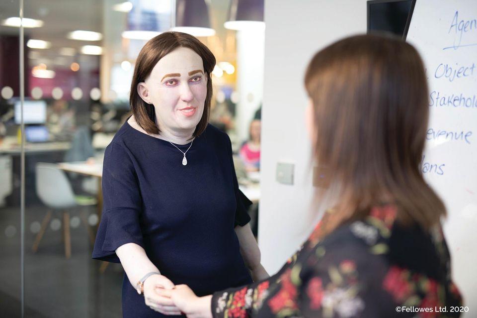Falsche Haltung am Arbeitsplatz: Puppe Emma zeigt Folgen auf