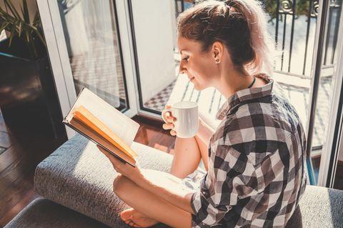 4 Sternzeichen, die aufblühen, wenn sie alleine sind: Frau mit Buch