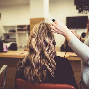Frau bekommt Strähnchen breim Friseur