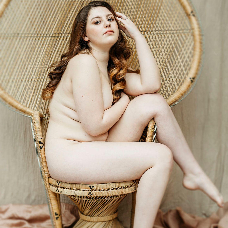 Frauen mit Handicap: Frau posiert auf Stuhl