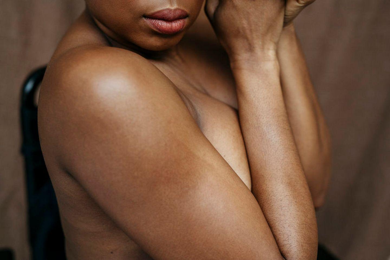 Frauen mit Handicap: Frau hält die Arme vor der Brust