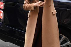 Wenn wir uns für ein Fashionpiece entscheiden müssten, in das es sich lohnt zu investieren, dann ist das sicherlich ein perfekt geschnittener Wollmantel. Denn eines ist sicher: Dieses teil begleitet euch ein leben lang, ohne dass ihr euch jemals daran satt gesehen habt. Meghan beispielsweise trägt ihren camelfarbenen Mantel rauf und runter und auch Kate verlässt nur selten ohne das Haus. Ob ihr dabei zu einem kürzer geschnittenen Modell greift oder einen Wollmantel in stylischer Midilänge wählt, bleibt hingegen ganz euch überlassen.