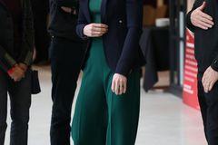 Zugegeben, Royals haben eine strenge Etikette, wenn es um ihre Kleidung geht. Trotzdem lässt es sich Kate nicht nehmen, ihre hohen Heels gelegentlich gegen bequeme Sneakers zu tauschen. Damit der Look trotzdem elegant wirkt, greift sie dafür allerdings zu einem weißen Modell. Das wirkt zwar sportlich, aber immer noch edel.