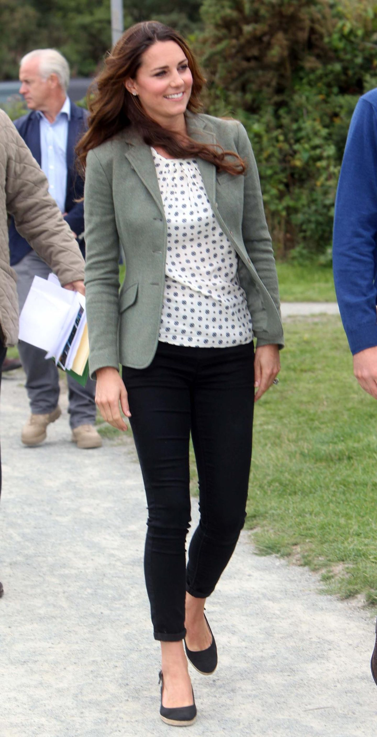 Während unsereins derzeit nicht genug von Oversize-Blazern bekommt, besitzt Kate eine beachtliche Anzahl an taillierten Modellen. Der Grund: Sie kommen niemals aus der Mode und passen sich perfekt jeder Gelegenheit an. Ob zum süßen Blümchenkleid oder zur sportlichen Jeans – ein taillierter Blazer pimpt jeden Look im Handumdrehen auf Business. Wer seinem Outfit noch eine Extraportion Style verpassen möchte, der greift zu einem etwas längeren Blazer oder einem zweireihigen Modell und shoppt die Ärmel leicht hoch.