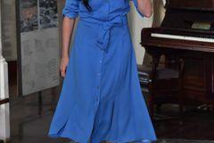 Das Hemdblusenkleid hat einen festen Platz im royalen Kleiderschrank der Herzogin – und das völlig zu Recht! Das Mididress mit durchgehender Knopfleiste und Bindegürtel ist ein echter Allrounder und ein Garant für einen coolen Style. Der Schnitt wirkt elegant und setzt jede Figur in Szene, während die Details für einen lässigen Touch sorgen. Wer wie Meghan jetzt noch etwas Fingerspitzengefühl bei der Wahl der Accessoires beweist, der kann sein Hemdblusenkleid spielend leicht up- oder downgraden und damit immer wieder für einen komplett neuen Look sorgen – we looove!