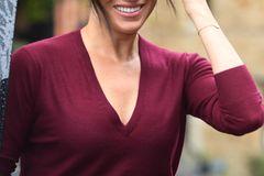 Ein dünner Pullover ist eine echte Wunderwaffe – das weiß Meghan schon lange. Zu offiziellen Anlässen kombiniert sie das zarteStrickteilam liebsten zu schmalen Röcken, doch auch in ihrer Freizeit darf das Modebasic auf garkeinen Fall fehlen. Besonders praktisch: Durch die Vielzahl an Schnitten erzeugen sie immer einen anderen Look. Ein tiefer V-Ausschnitt beispielsweise betont das Dekolleté und schafft einen femininen Look, ein Rundhalsausschnitt hingegen wirkt lässig und cool. Bei den Materialien achtet die Herzogin vor allem auf die Qualität. Zarte Wollmischungen sorgen dafür, dass sie lange Freude an ihrem Lieblingsteil hat.