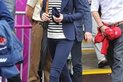 Manchmal muss es für Kate einfach bequem sein und dann tauscht die Herzogin das elegante Kostüm am liebsten gegen eine lässige Jeans. Ihr all time Favourite ist dabei eine klassische Skinnyjeans in Dunkelblau, denn die funktioniert nicht nur bei legeren Outdoor-Events, sondern auch zu offiziellen Business-Terminen. Wichtig: Greift zu einer Jeans mit hohem Bund und ohne Waschungen, denn das zaubert im Nu Endlosbeine. Ein Modell mit hohem Stretchanteil ist zudem ultra bequem.