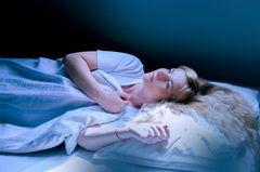 Albträume: Frau liegt wach