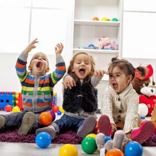 Spiele für drinnen: Spielende Kinder
