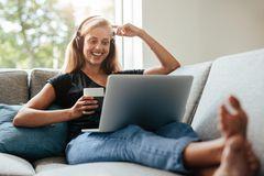 Wie kann ich in der Coronakrise Gutes tun? Eine Frau sitzt zu Hause vor ihrem Laptop