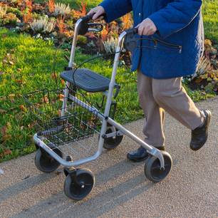 Corona aktuell: Seniorin mit Gehwagen