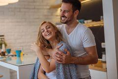 Beziehung in der Coronakrise: Ein Mann nimmt seine Frau von hinten in den Arm