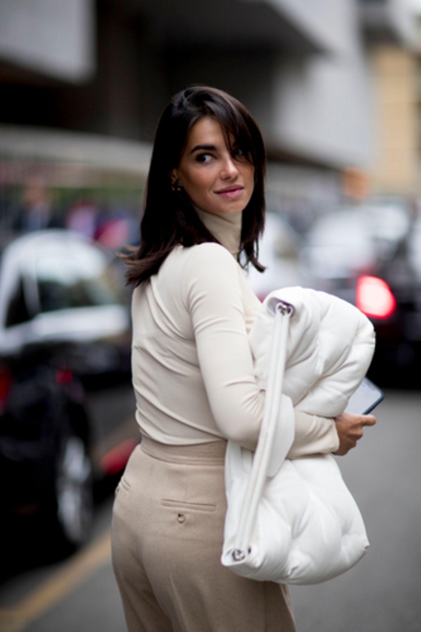 Midi-Hair: Frau schaut über Schulter