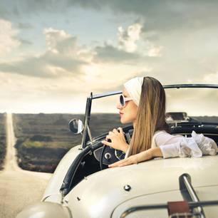 Frau in Cabrio auf Highway