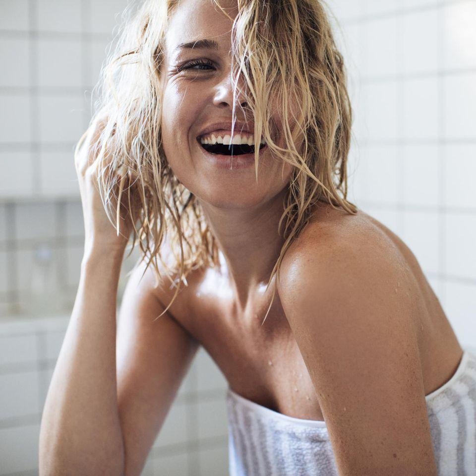 Haarspülung selber machen: Frau mit nassem Haar