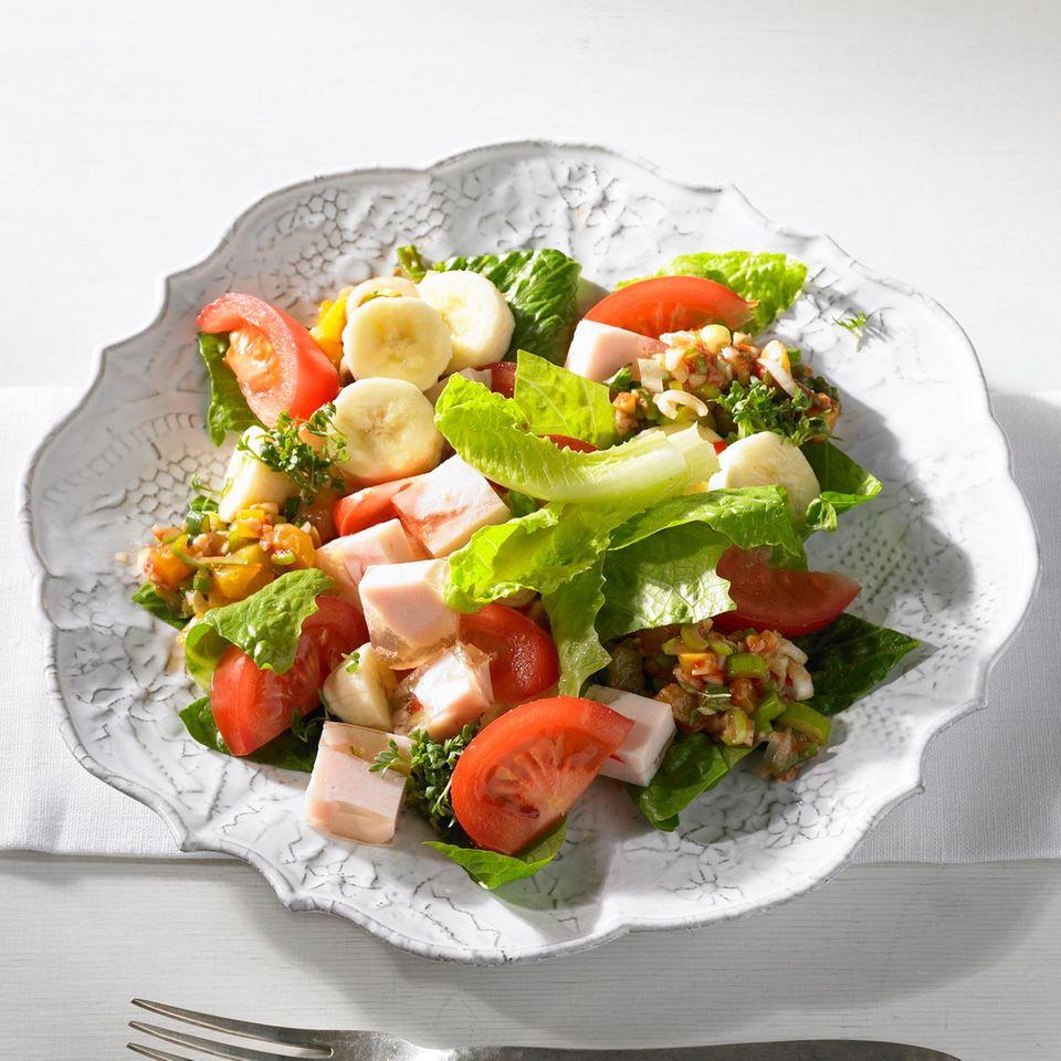 Hähnchen in Aspik, Salat und Curry-Pesto