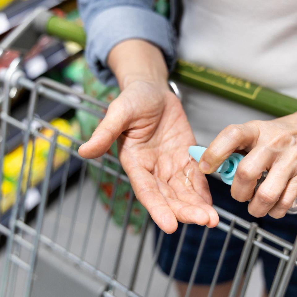 Corona aktuell: Desinfizieren im Supermarkt
