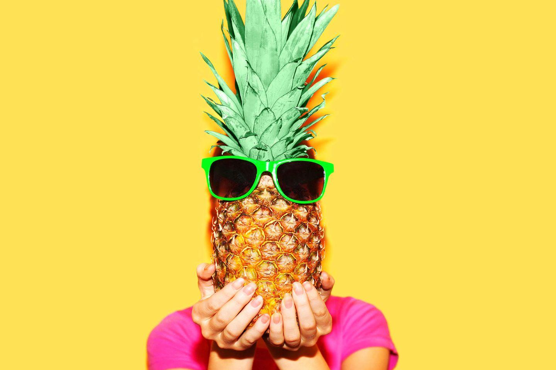 Frau mit Ananas