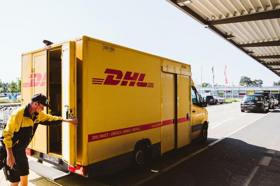 Paketzusteller arbeiten in der Coronakrise