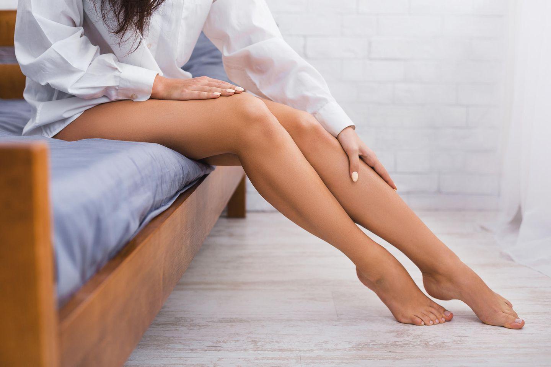 Wadenkrämpfe: Beine einer Frau