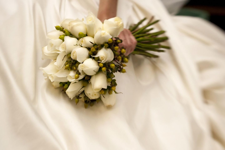 Corona aktuell: Braut hält Brautstrauß in ihrer Hand