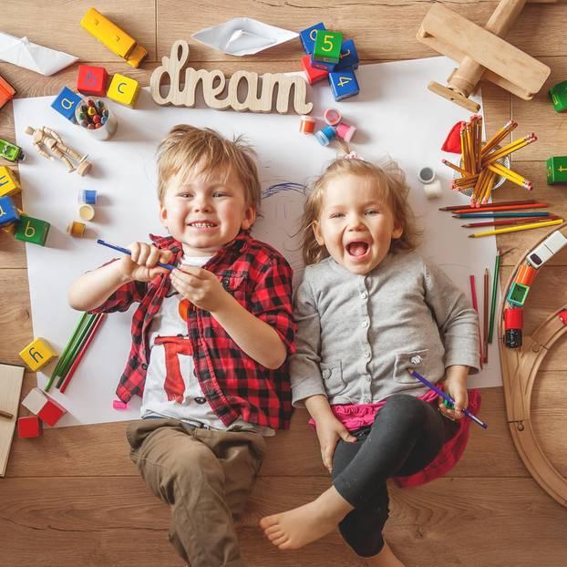 Spiele für Kleinkinder: Junge und Mädchen spielen