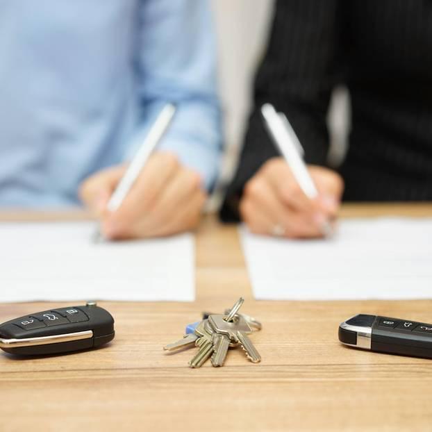 Scheidungsfolgenvereinbarung: Paar unterschreibt Vertrag