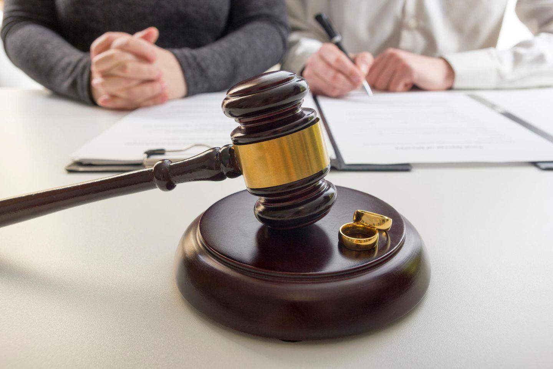 Ablauf einer Scheidung: Paar beim Richter