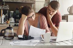 Paar macht sich Sorgen über Einkommensverlust wegen Corona