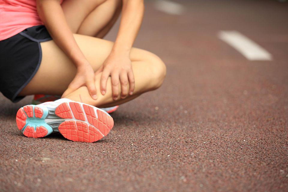 Muskelkrämpfe: Frau mit Krampf im Bein