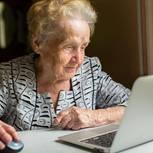 Corona aktuell: Seniorin am Laptop