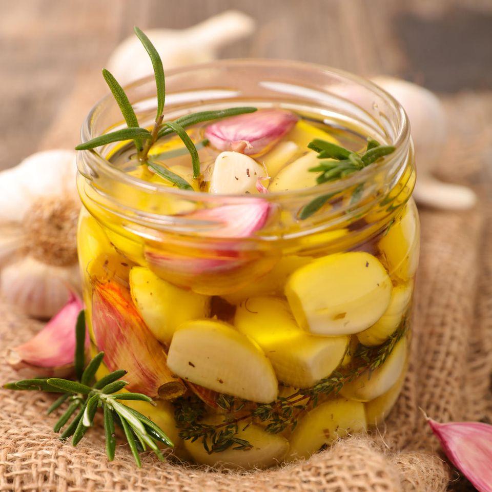 Knoblauch einlegen: Eingelegter Knoblauch in Olivenöl