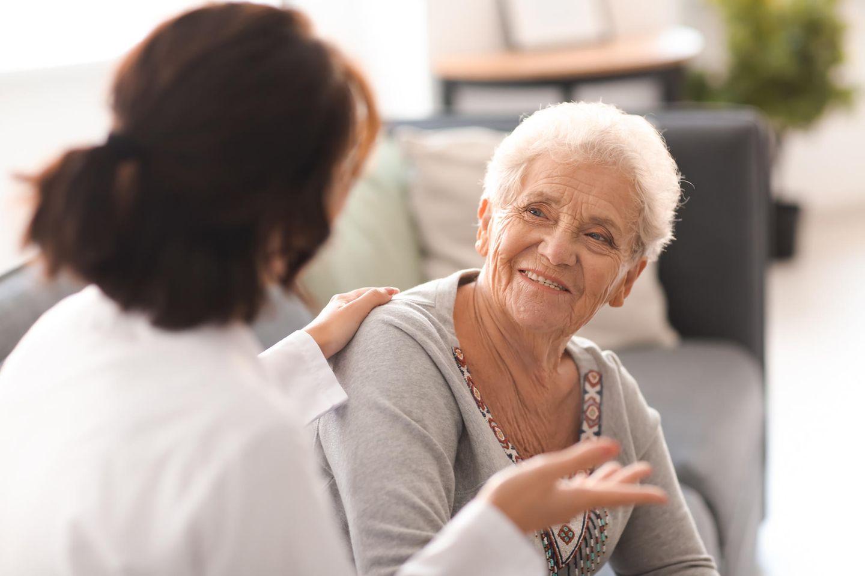 Gesetzliche Betreuung: Seniorin mit Pflegerin