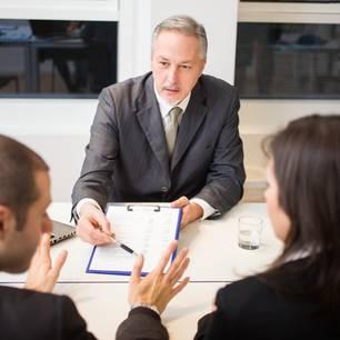 Scheidungsanwalt: Anwalt berät Paar