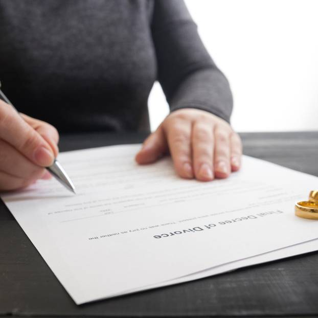 Scheidungsantrag: Ehegatte unterschreibt Antrag