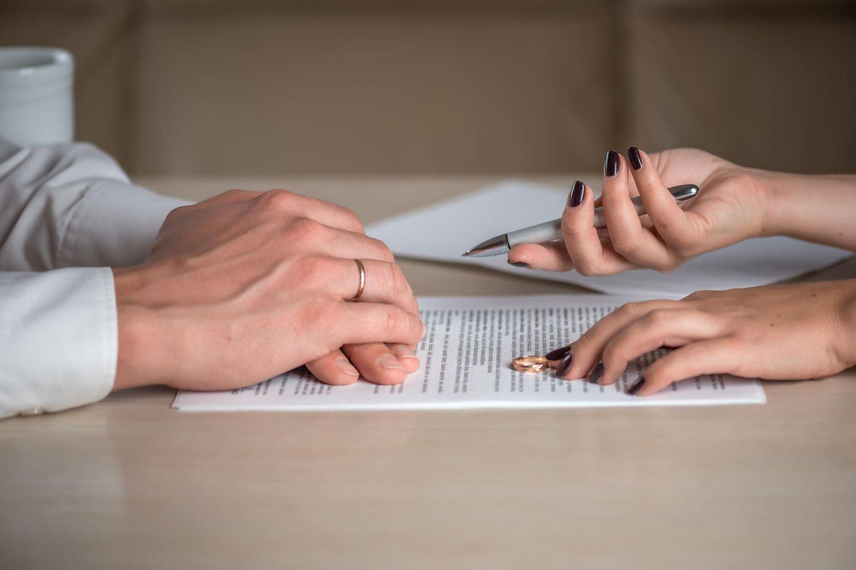 Scheidung einreichen: Paar unterschreibt Vertrag