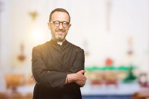 Pfarrer: Evangelischer Pfarrer steht in einer Kirche