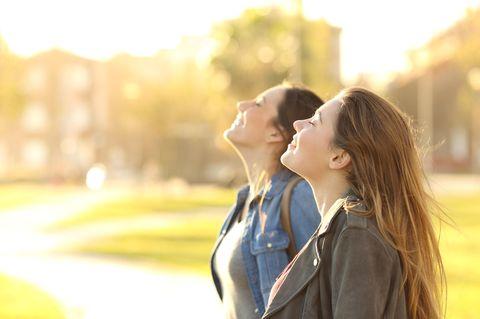 Frühling: Frauen genießen die Sonne