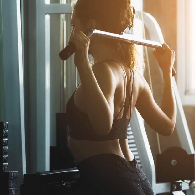 Corona aktuell: Fitnessstudio geschlossen – Frau im Fitnessstudio