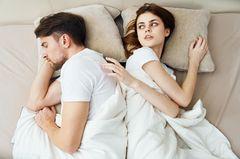 So beeinflusst das Coronavirus unser Sexleben: Paar im Bett