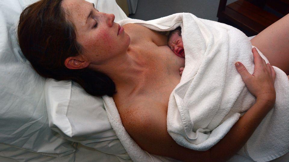 Mutter und Baby kurz nach der Geburt